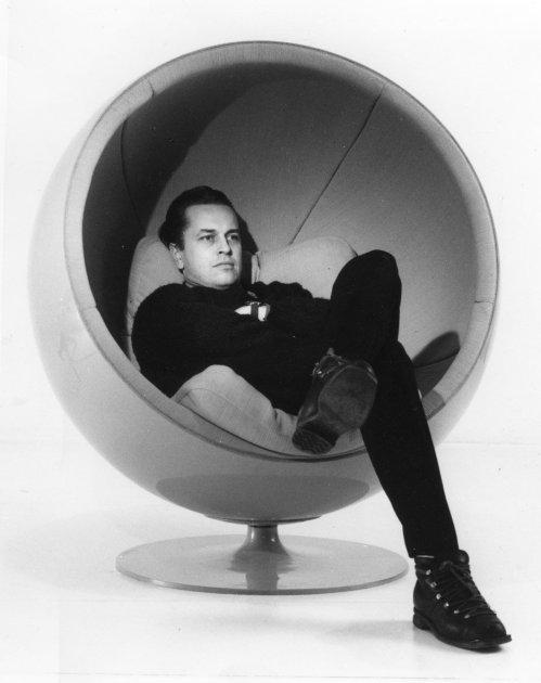 ball-chair-eero-aarnio-retrospective-design-museum-helsinki_dezeen_936_9-1